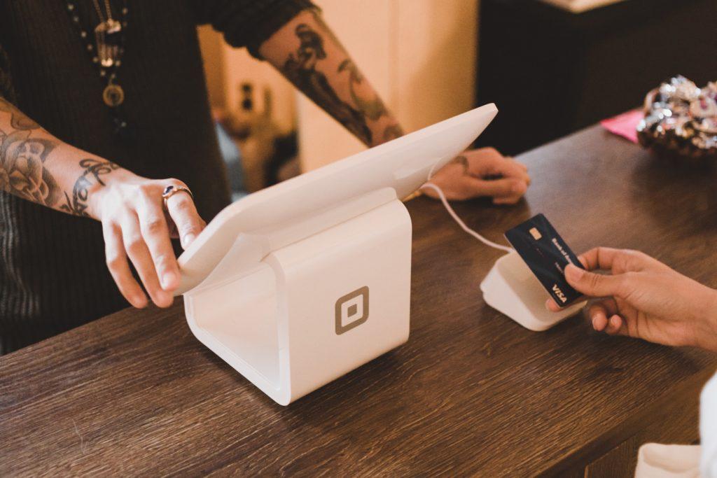 Bezahlen mit schwarzer Kreditkarte