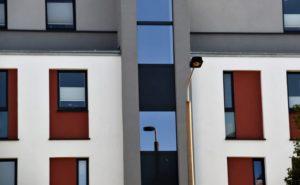 Haus mit Mietwohnungen und Laterne